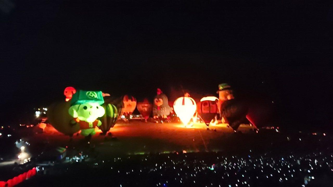 台東熱氣球嘉年華今晚在鹿野高台進行今年最後一場光雕秀,遊客以手機拍照,猶如一片銀...