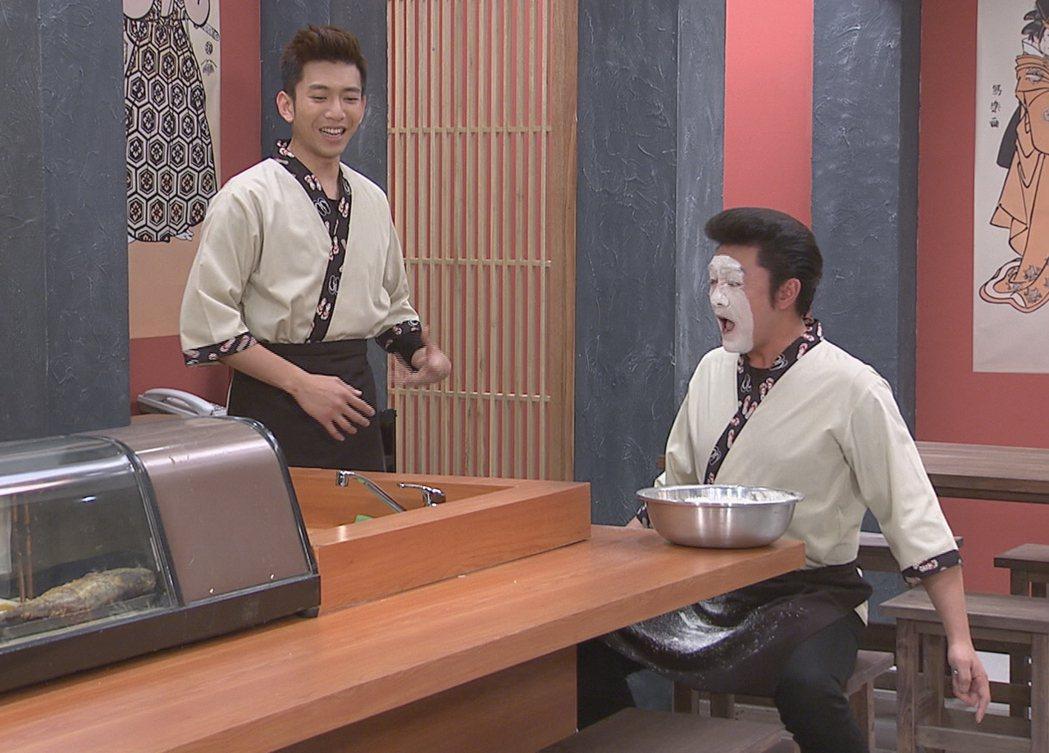 李㼈演出「牡丹花開」搞笑犧牲,撞臉無臉男,旁為「鮪魚」吳俊諺。圖/台視提供