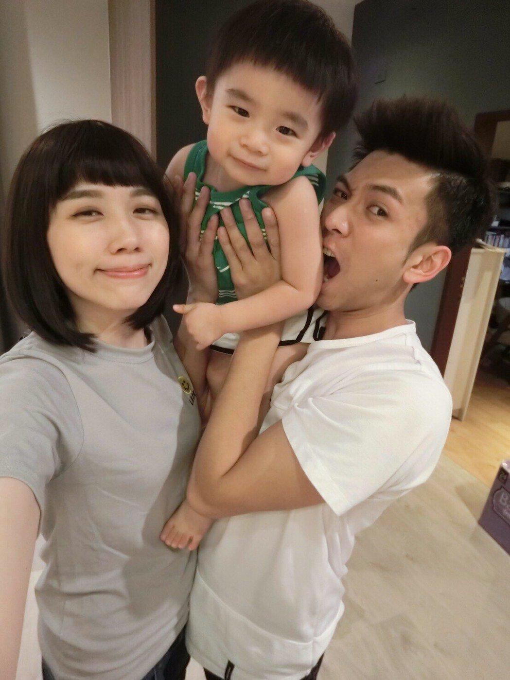 「鮪魚」吳俊諺和老婆抱著2歲兒子好幸福。圖/「一個wu簷下」提供