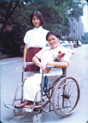 1984年6月李惠綿(右)大學畢業與簡媜合影。 圖/簡媜提供