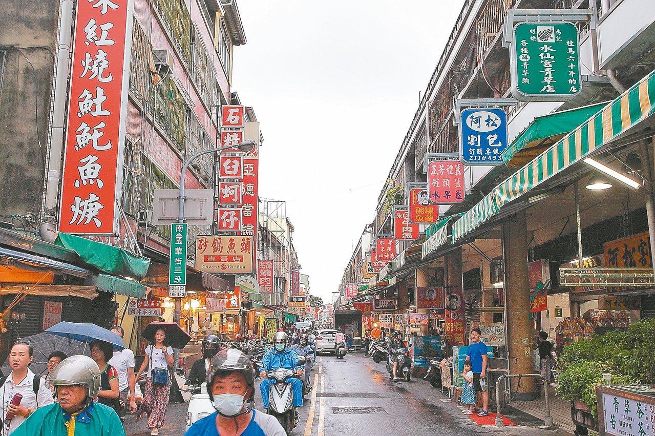 國華街與民族路口因登上日本雜誌封面而聲名大噪。 記者陳睿中/攝影