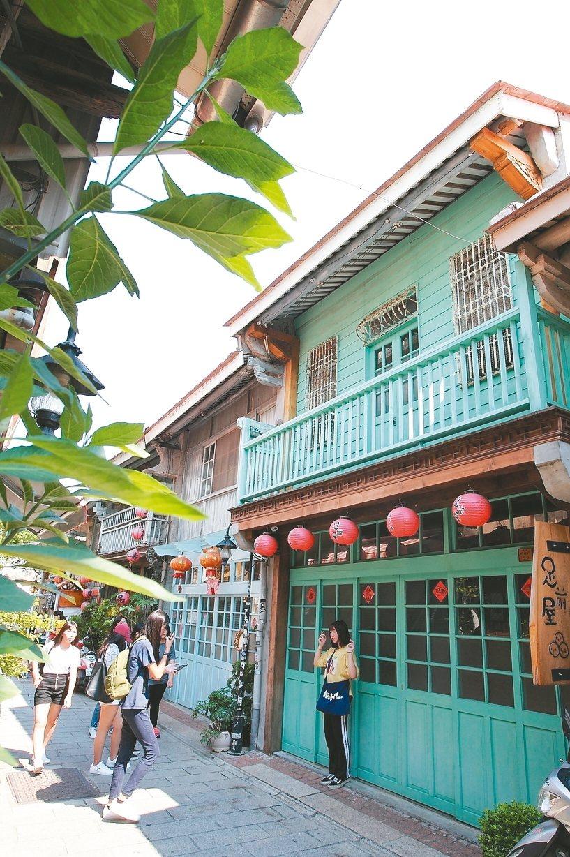 神農街保有許多老屋,是旅客拍照打卡的好去處。 記者陳睿中/攝影
