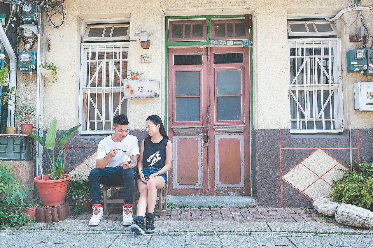 找間有特色的老房子當背景,神農街處處都可以拍出可愛的出遊美照。 記者陳睿中/攝影