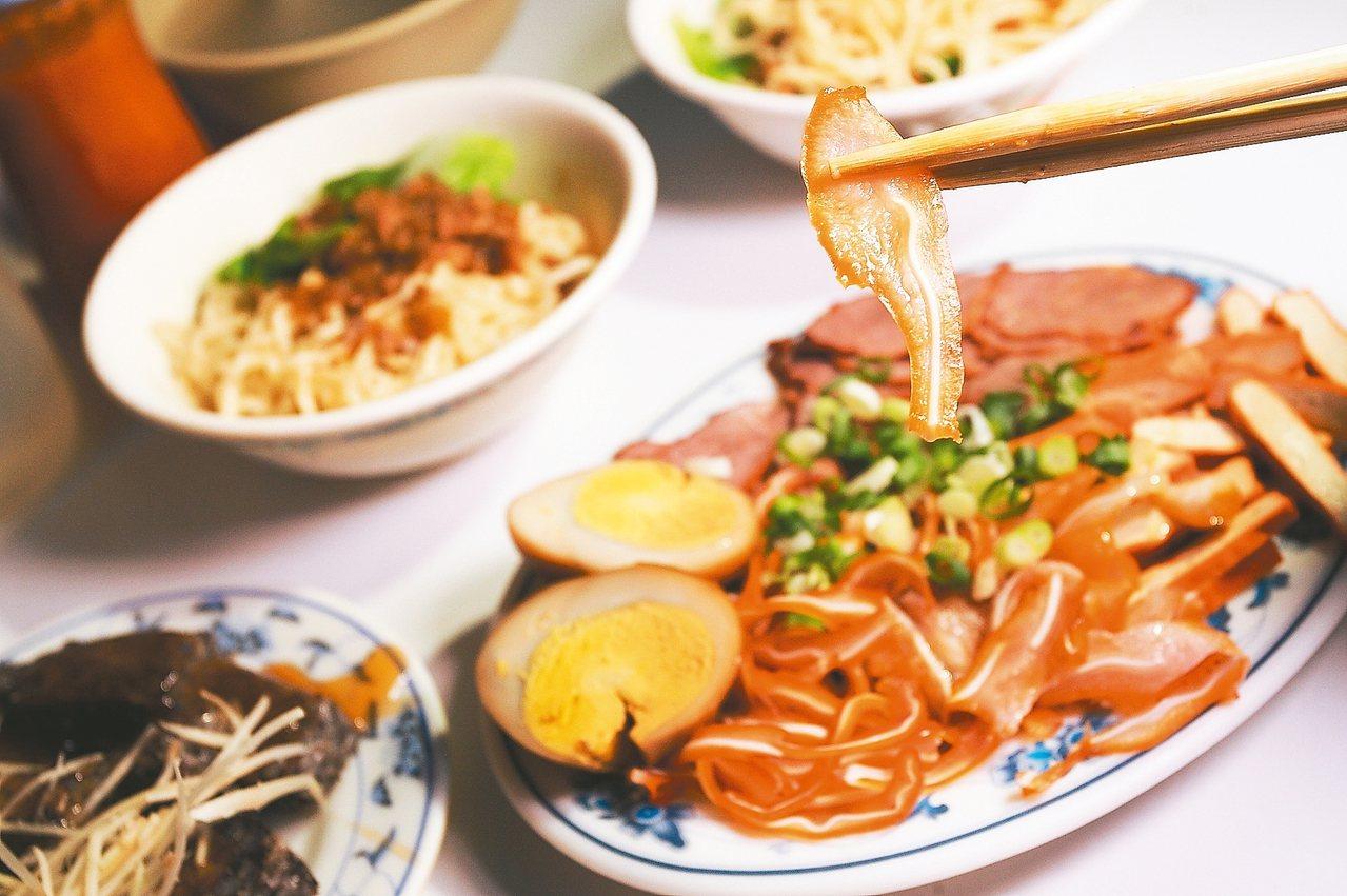 護境松王廟麵店的豬耳朵切得薄,脆脆口感很有咬勁。 記者陳睿中/攝影