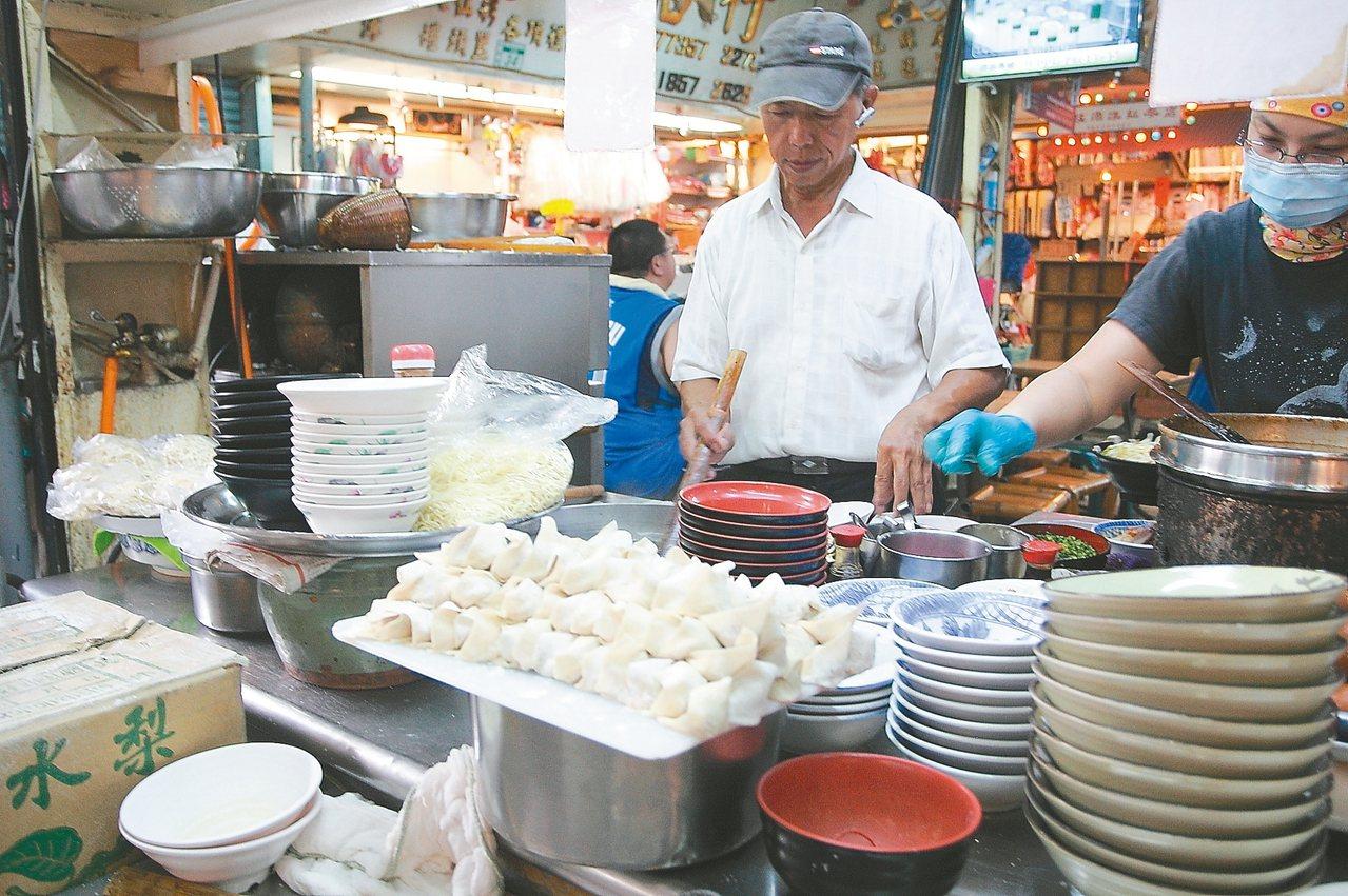 藏身市場內的阿瑞意麵,攤子頗具歷史感。 記者陳睿中/攝影