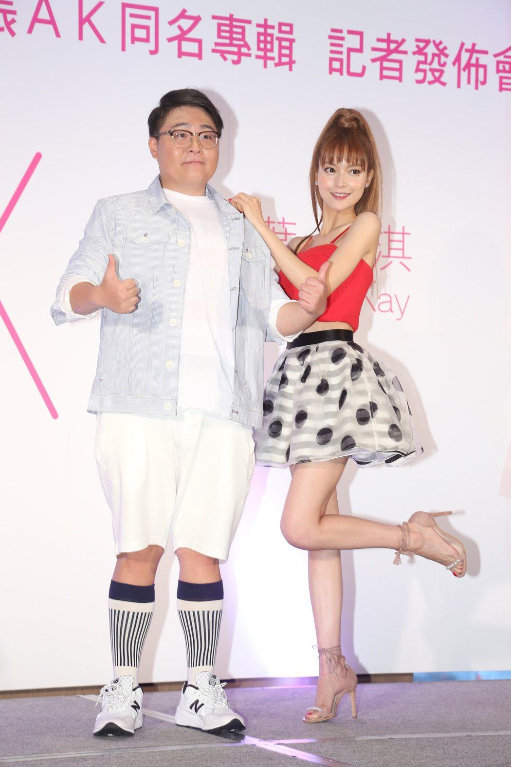 葉子淇(右)推出AK同名專輯,師兄郝劭文(左)站台。記者陳立凱/攝影