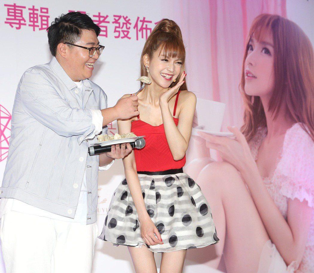 葉子淇(右)推出AK同名專輯 ,師兄郝劭文(左)站台。記者陳立凱/攝影