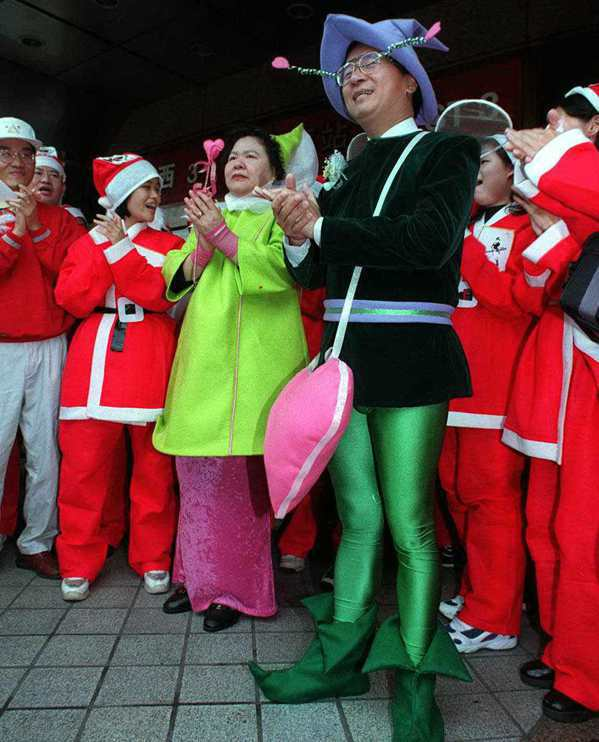 陳水扁(前右一)在台北市長任內扮成小飛俠,參加勵馨基金會愛的快遞活動,為青少年募...