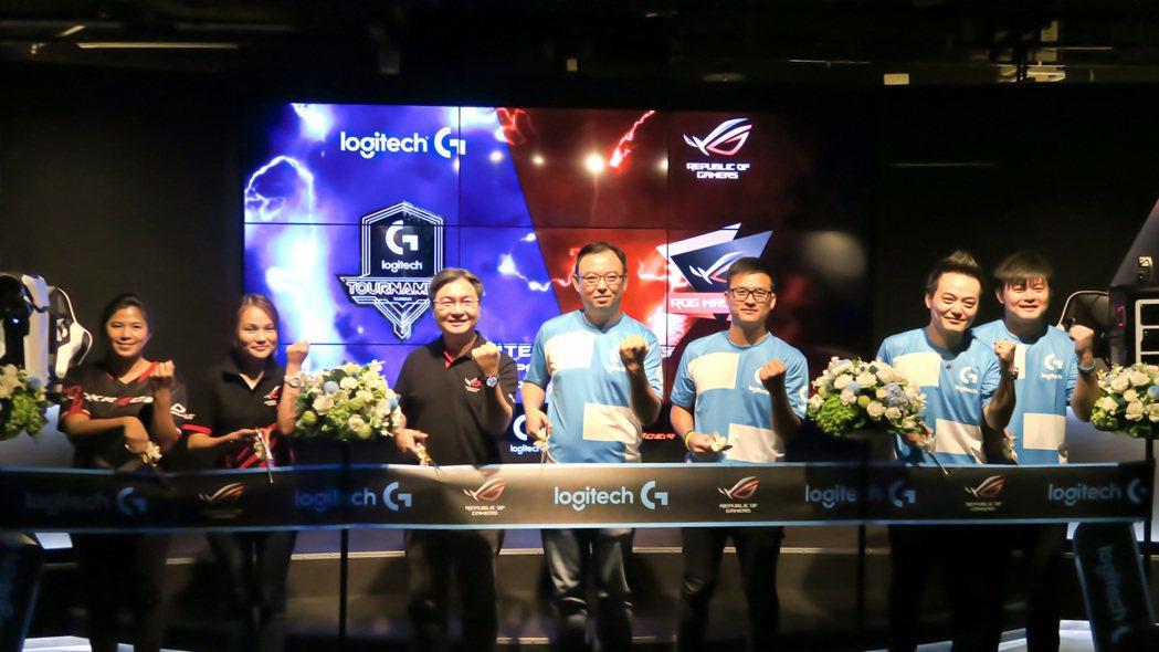 華碩聯合科技總經理林福能(左三起)、羅技電子台灣區總經理賴明嵩為「Esports...
