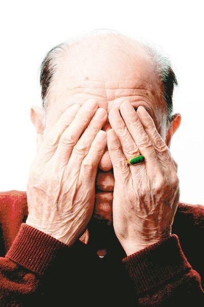 台灣白內障患者超過百萬人,65歲以上白內障盛行率達60%,白內障就醫比率僅兩成。...