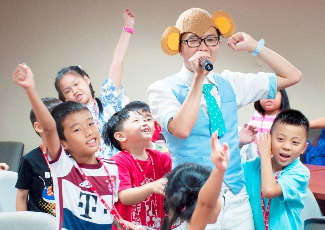 生動活潑的課程與遊戲,為辦公室增添許多歡笑聲。 中國人壽/提供