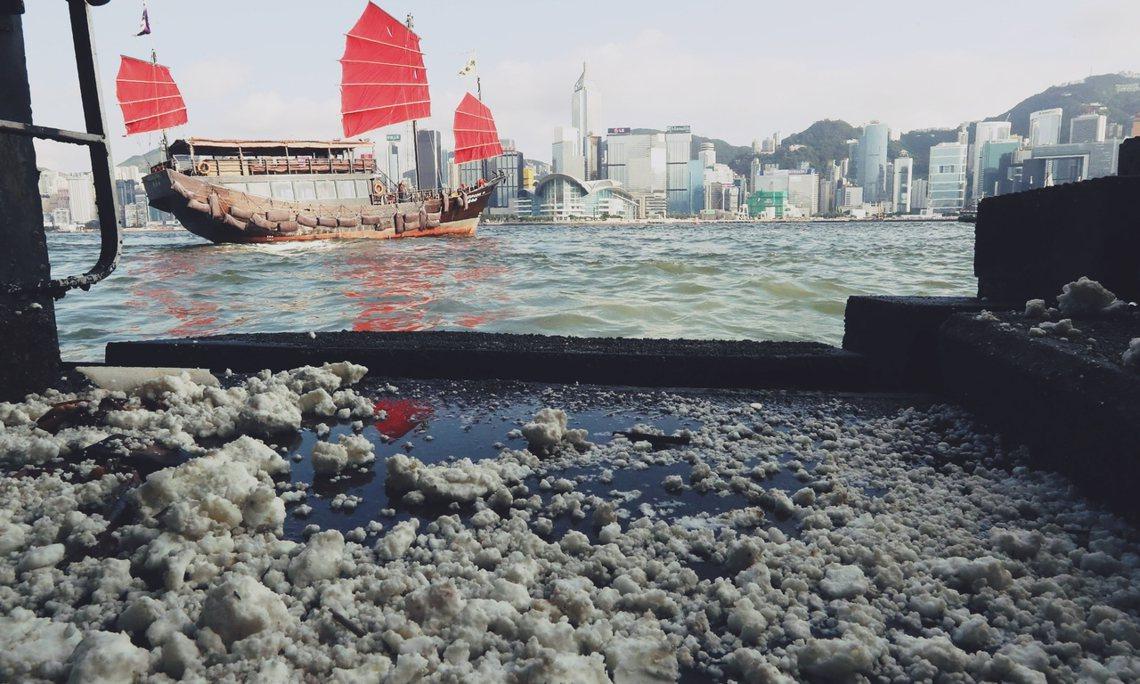 港府表示,這批漂浮的棕櫚硬脂,對人體與環境無毒無害。 圖/法新社
