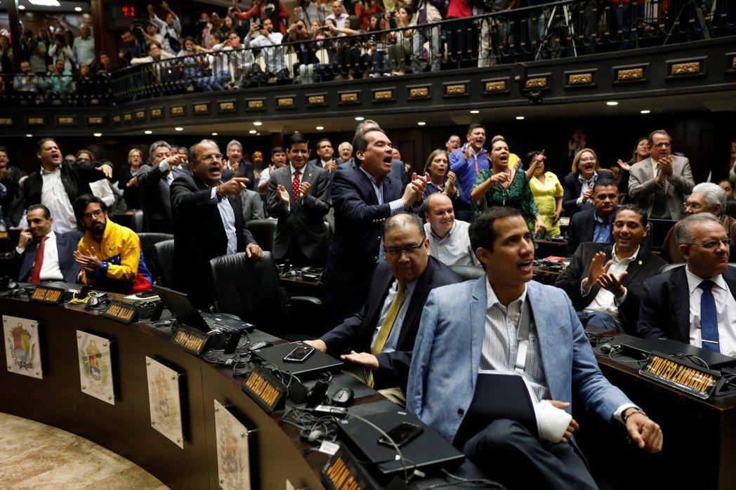 反對派「民主團結平台」(MUD)為委國議會中的選舉聯盟,由多個跨左右光譜的政黨組...