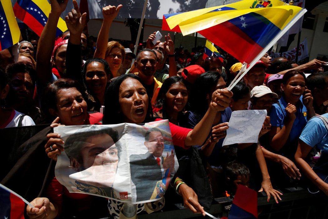 支持政府的人是大量減少的,但多數人並沒有像反對派主張的,一定要馬杜羅辭職的偏執立...
