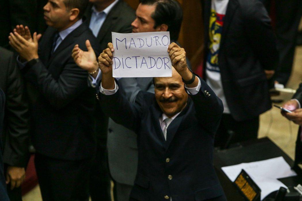 在野反對勢力與查派當中反對馬杜羅的人,他們的認知是——制憲不先公投,就是馬杜羅要...