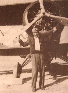 張光明與霍克三(Hawk III)座機合影,民國25年。 記者程嘉文/翻攝