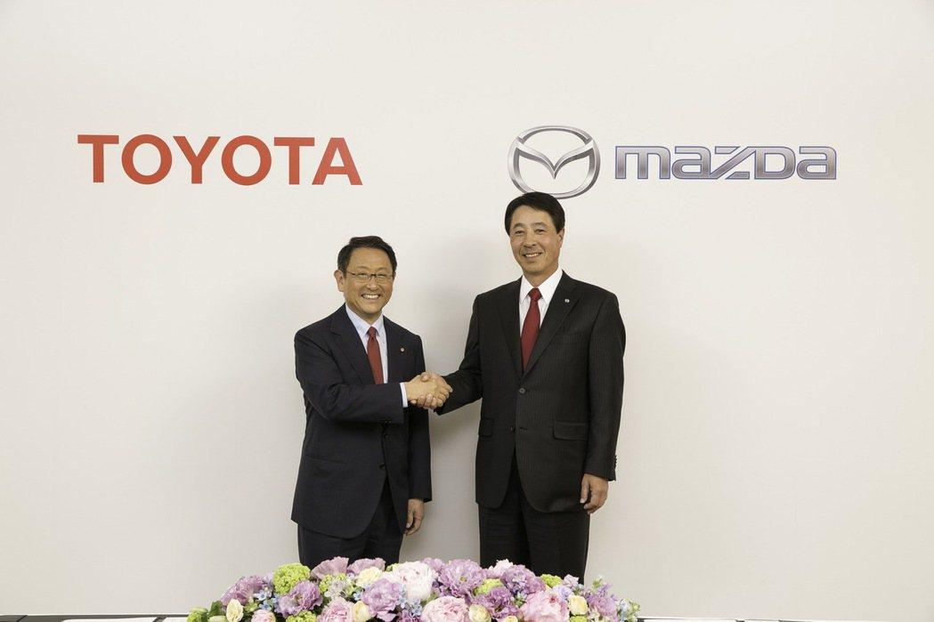 圖左為Toyota社長豐田章男,右為Mazda社長小飼雅道。 摘自Carscoops