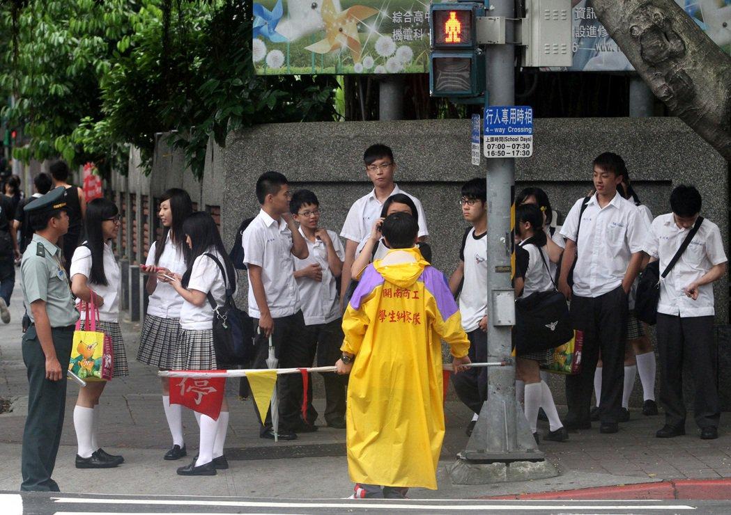 一群放學的高職生在路口等候過馬路。聯合報系資料照/記者潘俊宏攝影