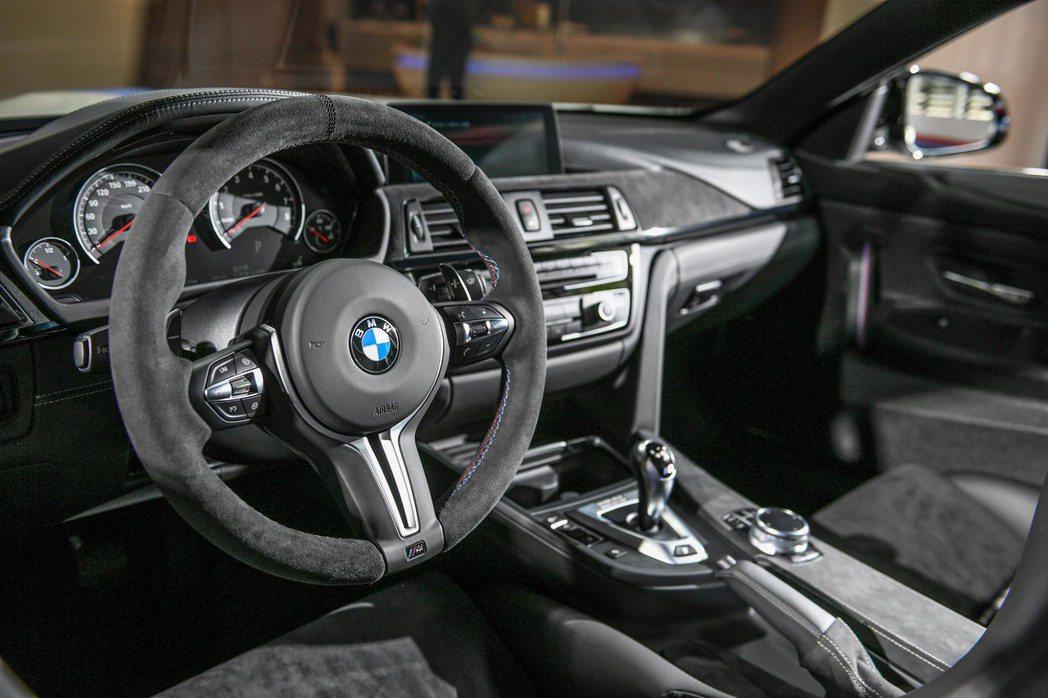 BMW M4 Champion Edition搭配以Alcantara麂皮及Individual Merino真皮材質混搭內裝,並搭載Alcantara麂皮包覆車內飾版及M款多功能真皮方向盤含換檔撥桿包含方向盤。 圖/汎德提供