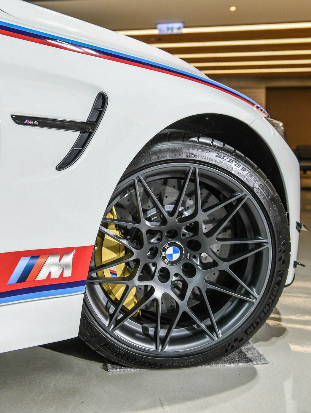 BMW M4 DTM Champion Edition專屬Orbitgrey Matt塗裝前輪19吋及後輪20吋M款星輻式666M型鍛造輪圈。 圖/汎德提供