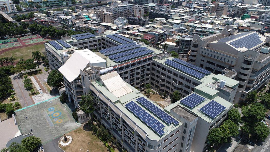 在理想家再生能源公司設計規劃下,將中正高中閒置的屋頂空間建置了250KW的太陽能...