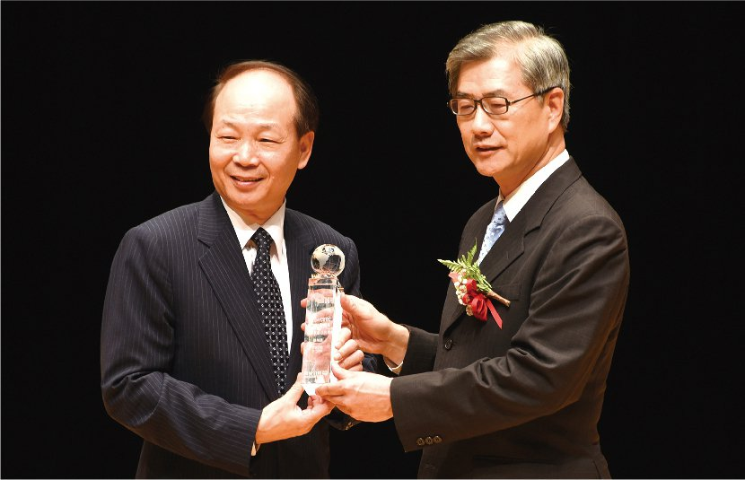 富邦產險榮獲最佳社會責任獎,總經理陳伯燿(左)自金管會副主委黃天牧手中接過獎座。