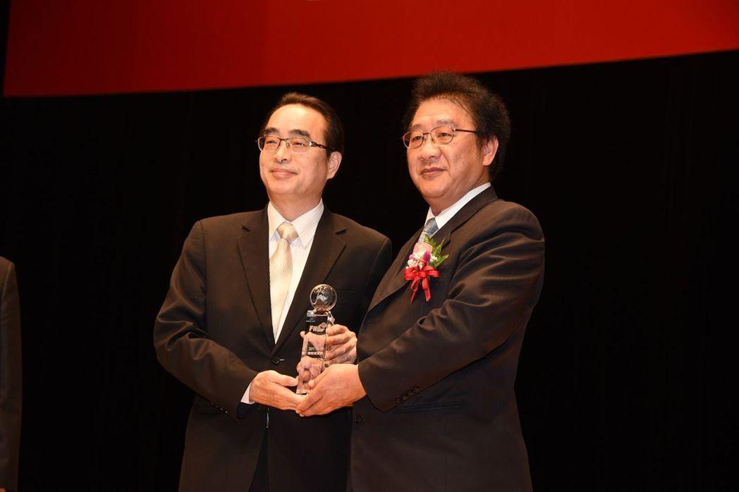 富邦產險企業保險林金穗資深副總經理 (左)獲頒本屆最佳保險成就獎。