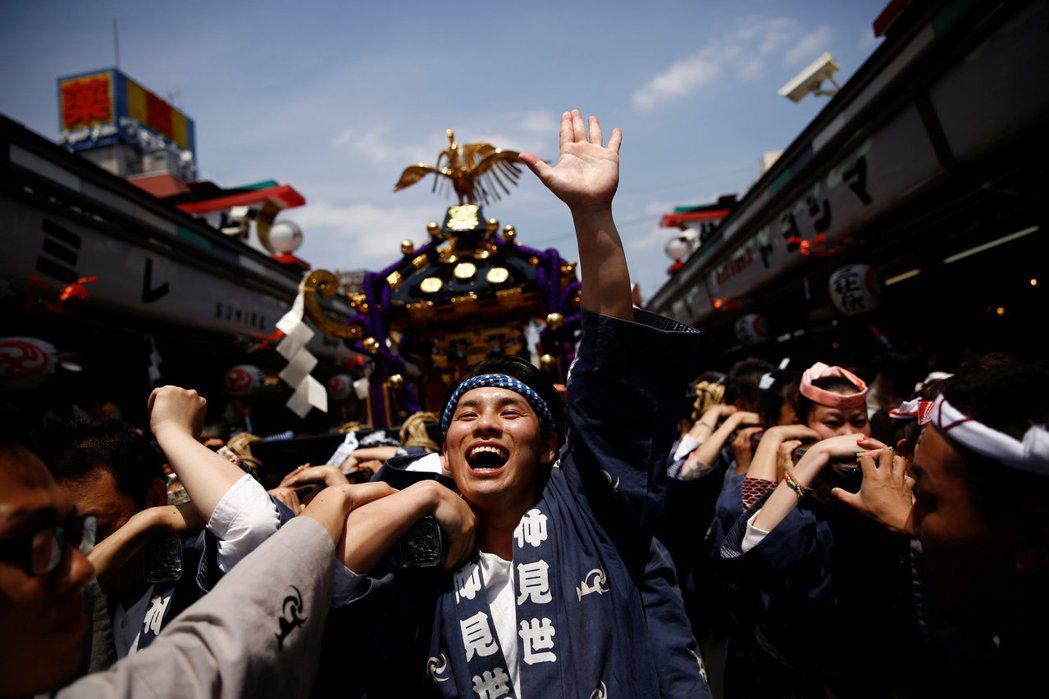 走向國際、拼觀光的日本,又真的是一帆風順嗎?圖為東京淺草寺每年五月的「三社祭」。...