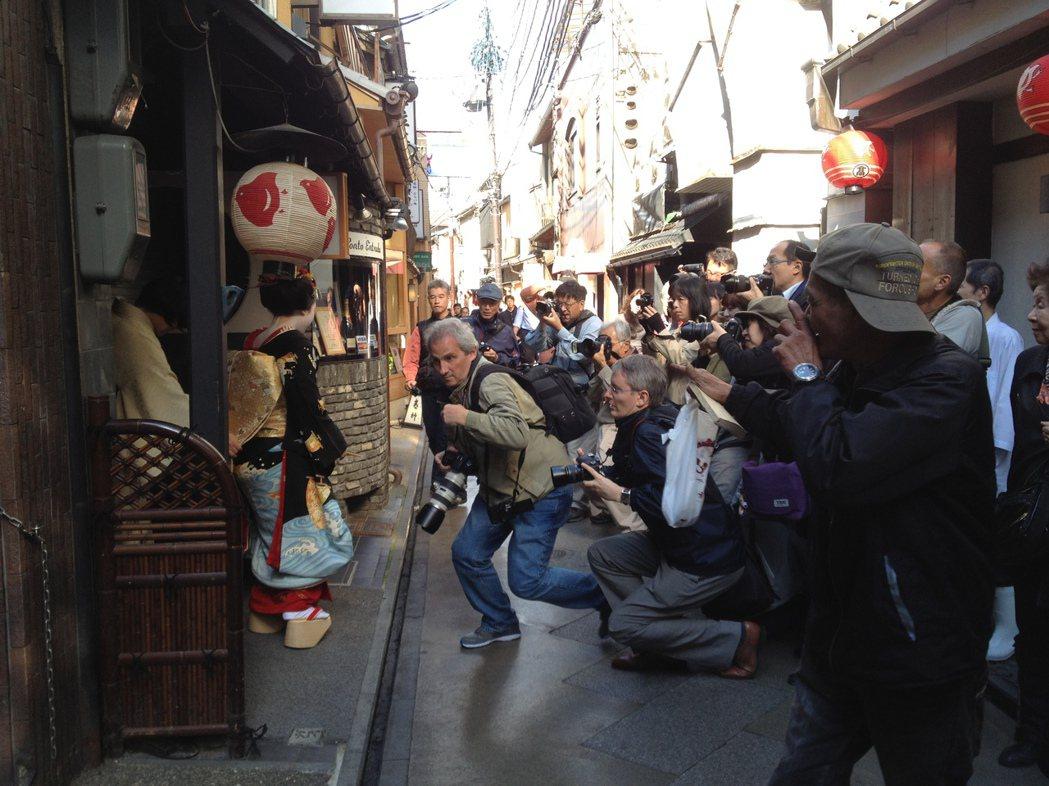 許多受訪者認為「外國觀光客不懂日本禮節」,肆意違法許多當地規矩。圖為京都的外國觀...