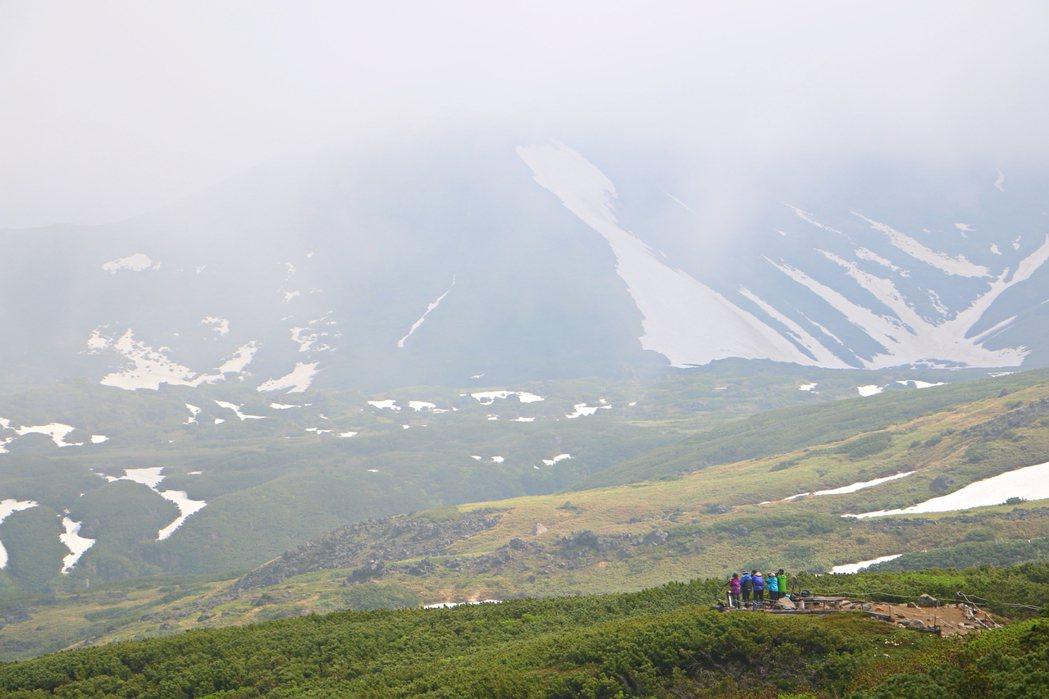 不少當地人會身著專業裝備登旭岳及拍攝美景。記者沈佩臻/攝影