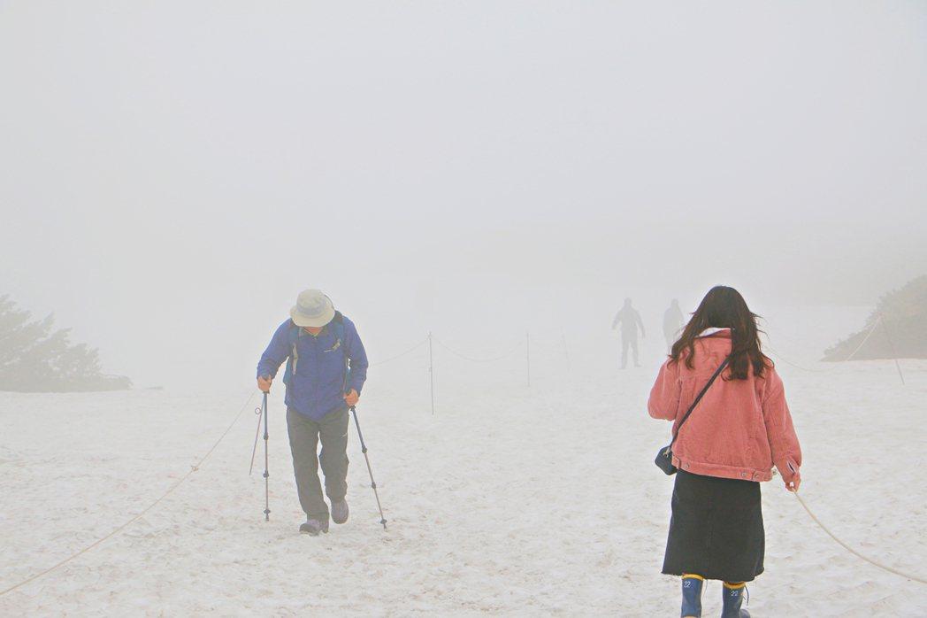 旭岳天氣萬變,時而風輕雲凈,時而雲霧飄渺。記者沈佩臻/攝影