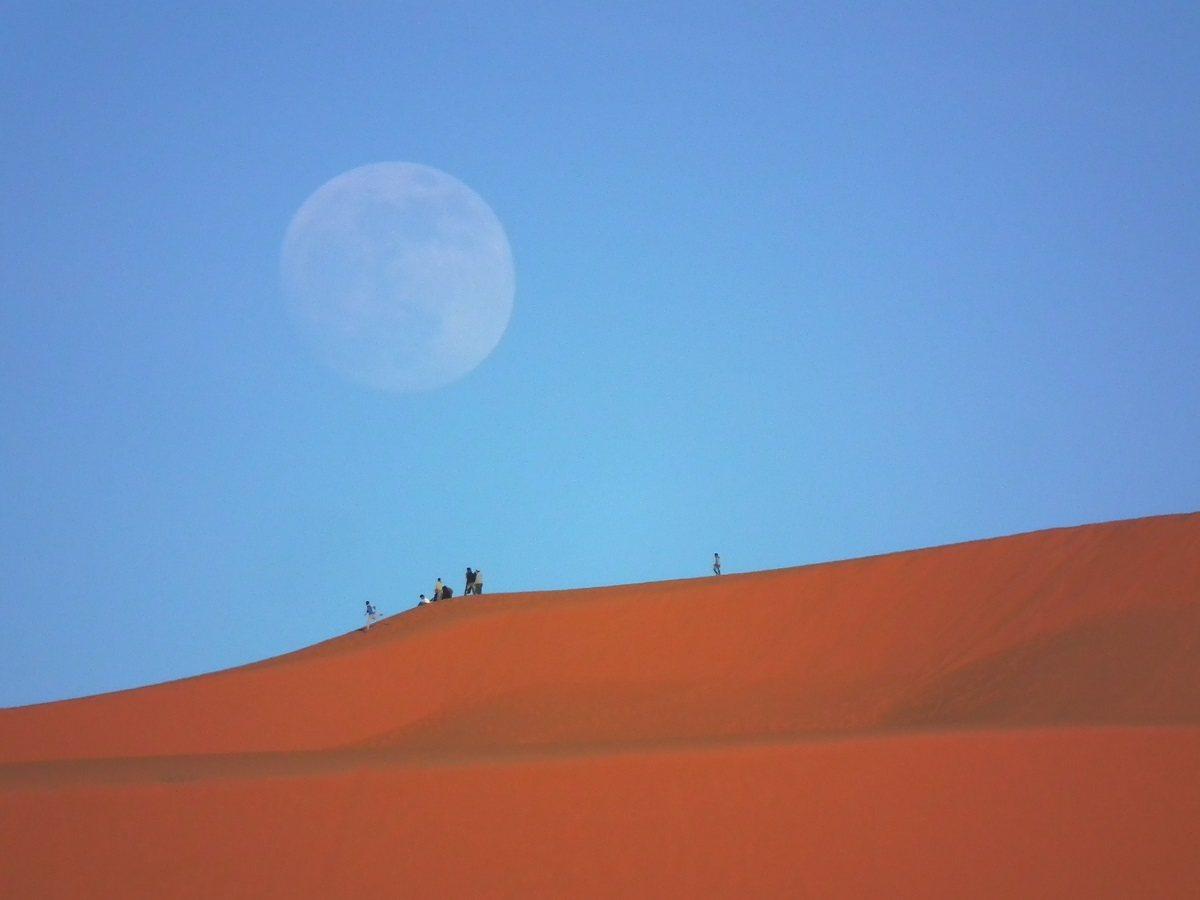 撒哈拉天空極為乾淨,沙丘上賞夕陽,巧妙地先遇著一輪美麗滿月!