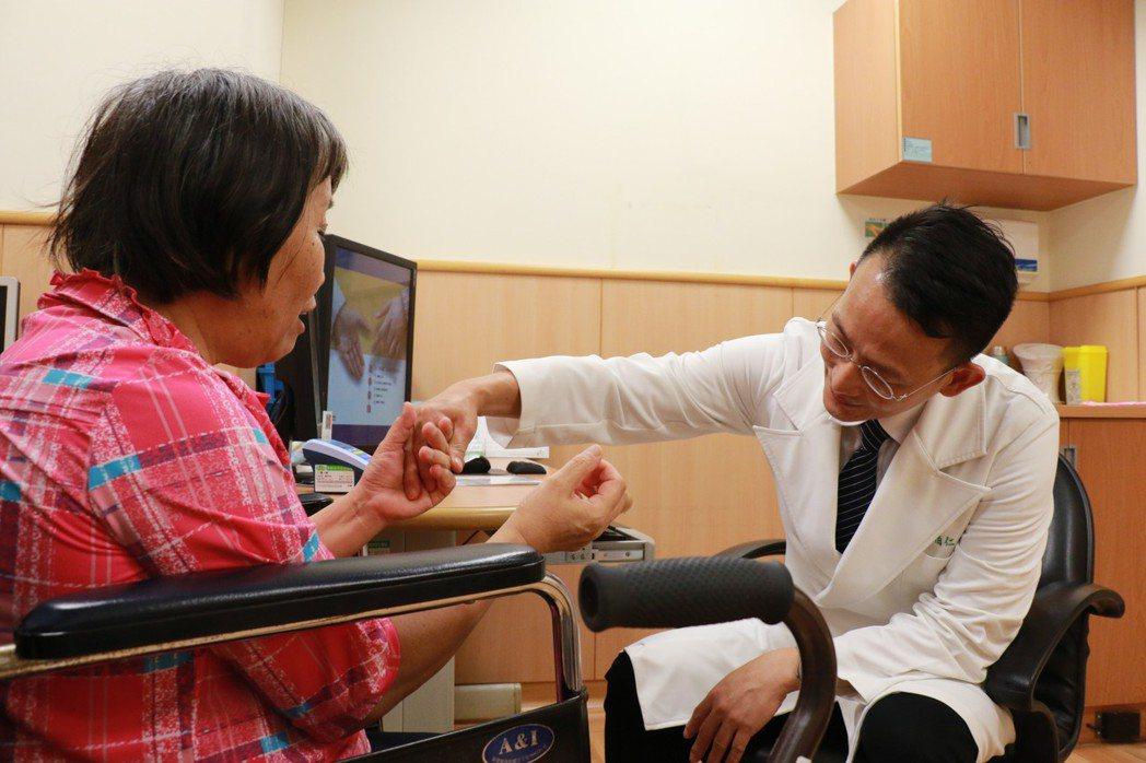 61歲劉姓女子漸進手麻木、腳無力、走路困難超過一年,求醫確診是長節頸胸椎後縱韌帶...