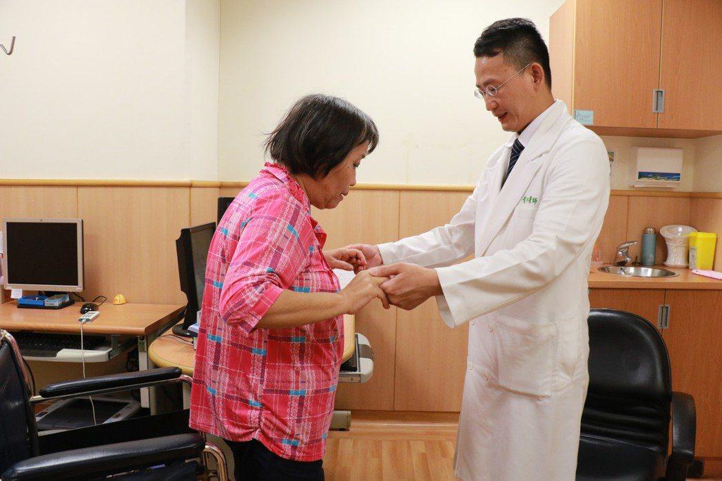 61歲劉姓女子手麻木、腳無力、走路困難超過一年,求醫確診是長節頸胸椎後縱韌帶鈣化...