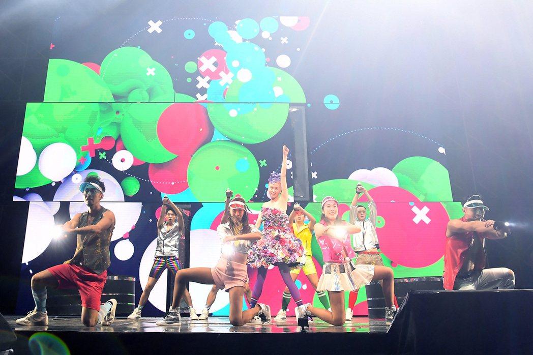 梁詠琪為演唱會特地染了一頭粉紅髮色。圖/得意智文創提供
