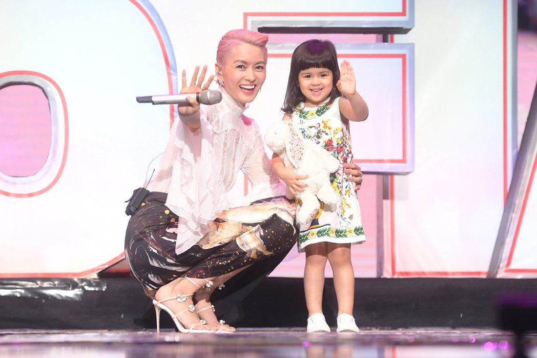 梁詠琪北京演唱會,女兒(右)Sofia驚喜同台。圖/得意智文創提供