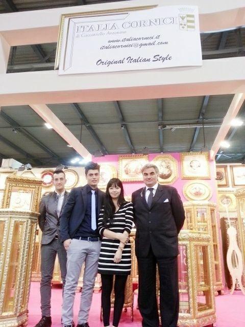 吳欣蓓參加米蘭國際家具展,與歐洲賣家合影。圖/文化大學推廣部提供