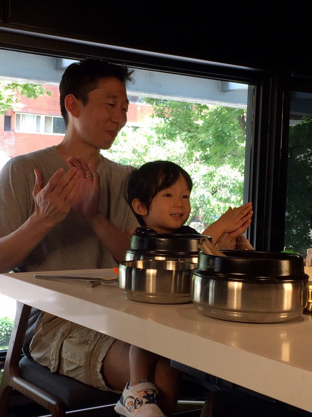 Max(右)與Tony用餐畫面吸睛。圖/Maple Tree House提供