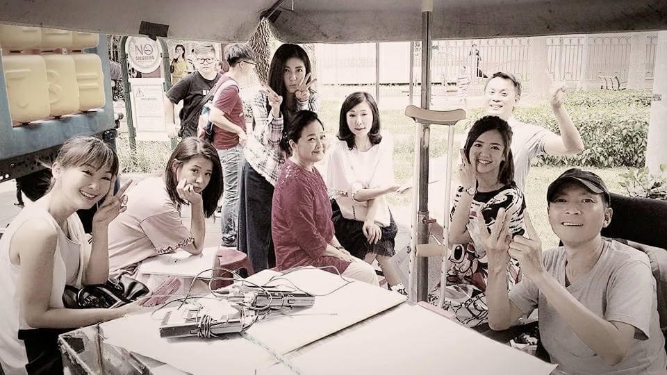 「一家人」導演陳俊任在劇組與演員們的合照。圖/摘自臉書