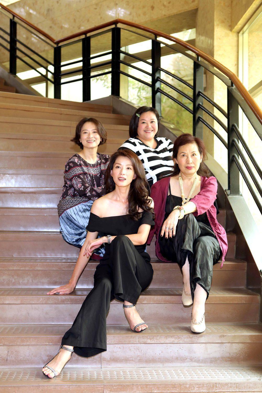 葉全真(前左起)、丁也恬、謝瓊煖(後左起)、鍾欣凌出席「你的孩子不是你的孩子」開...