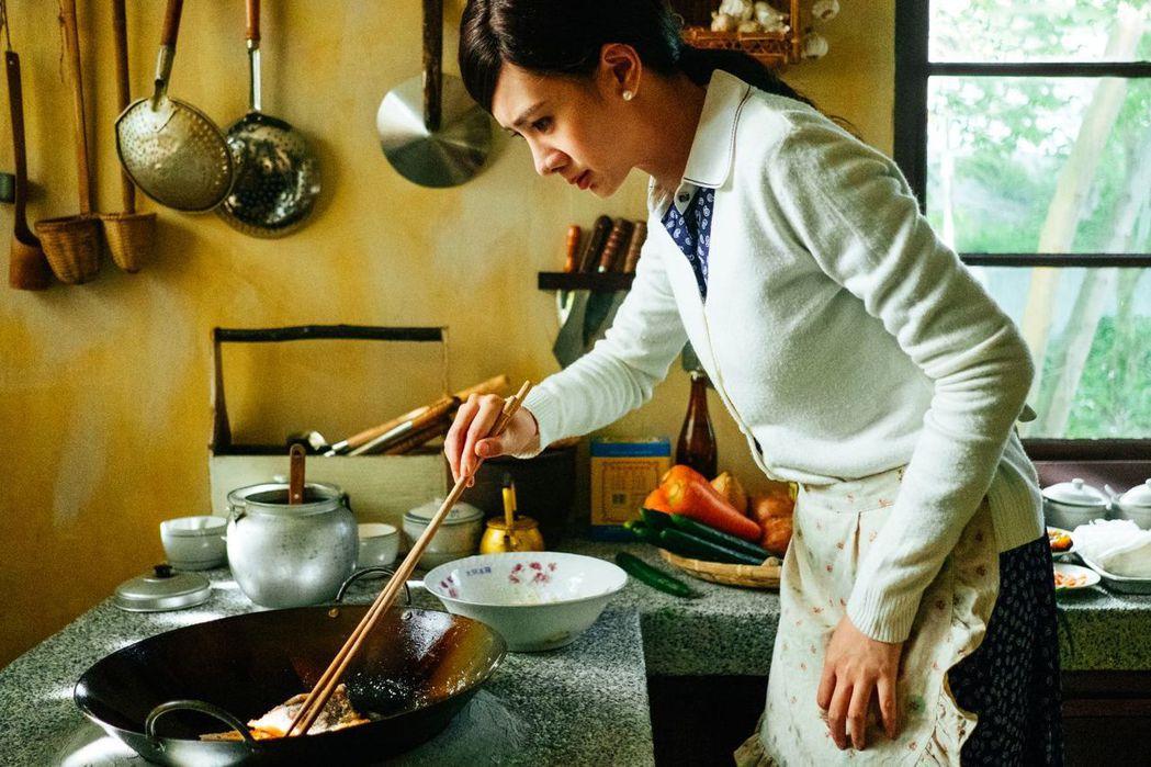 安心亞在「五味八珍的歲月」中詮釋傅培梅學做菜的毅力。圖/台視提供