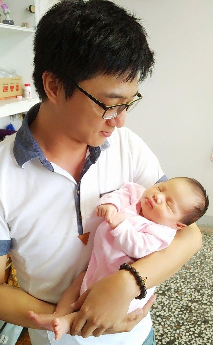 藍葦華抱著小女兒小河馬開心當爸。圖/傳軒提供