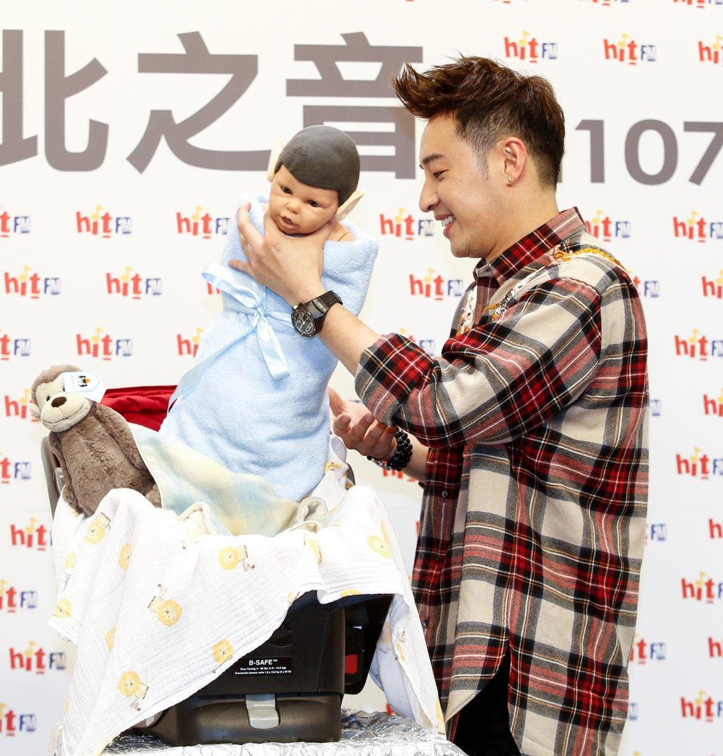 潘瑋柏今天出席電台活動,為新專輯《illi異類》宣傳造勢,一手抓起假娃娃的頭。記...