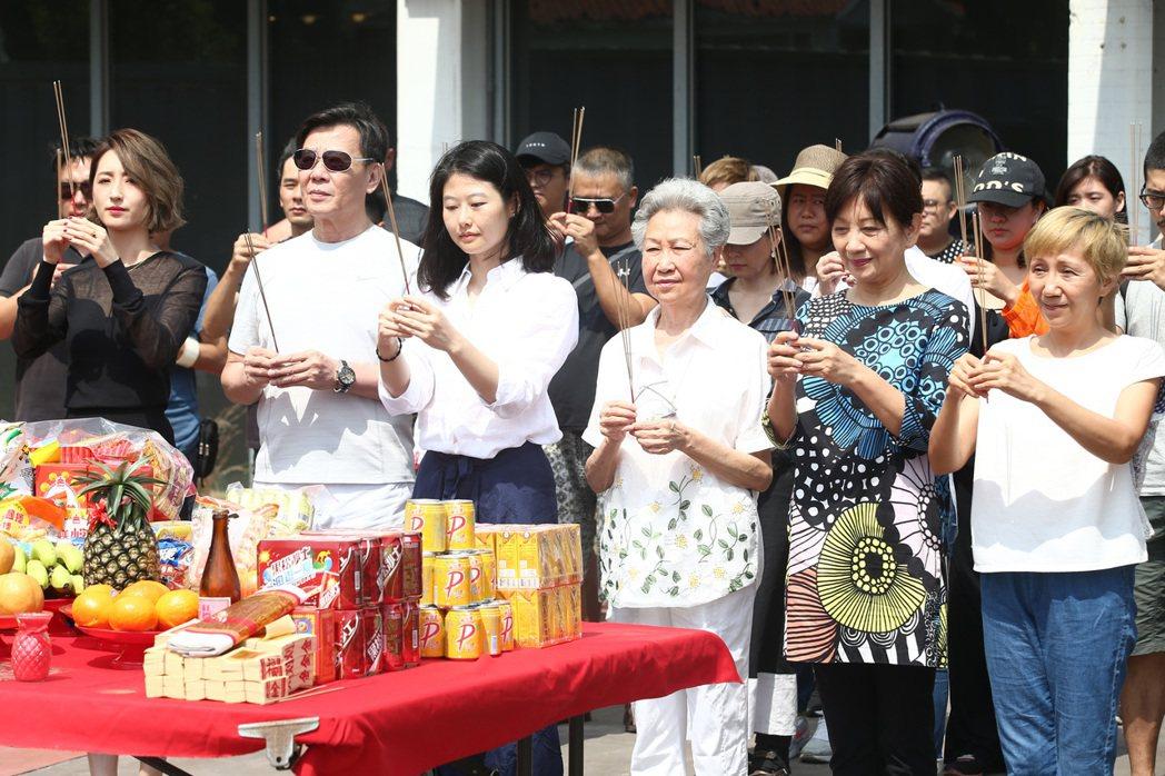 柯佳嬿(左起)、寇世勳、導演王希捷、于家安、鮑起靜與陸弈靜一起出席電影「買屋記」