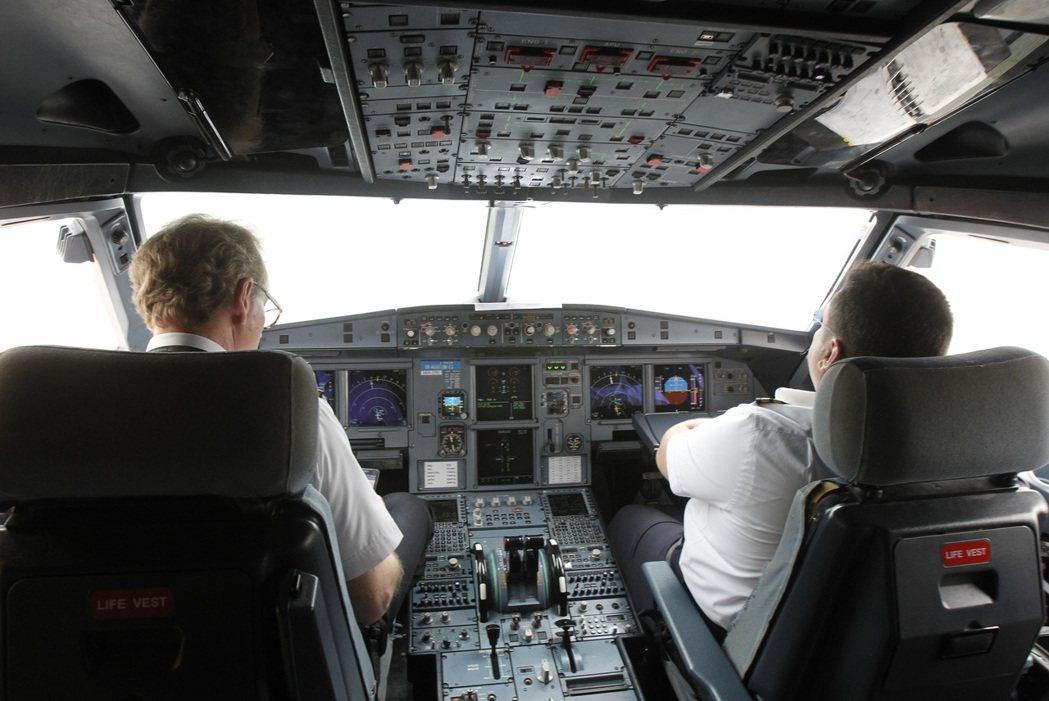 目前各國民航法規幾乎都規定客機駕駛艙一定要保持至少2個機師在場。 路透