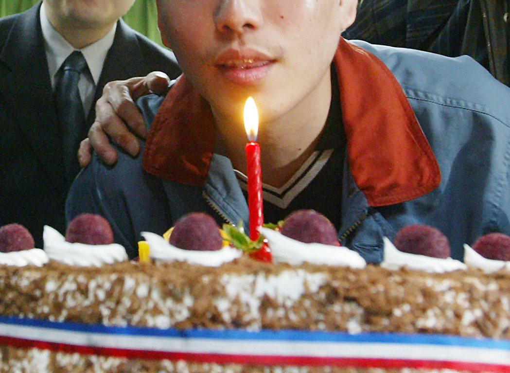美國近日的一篇研究證實,吹完蠟燭後的蛋糕,其細菌量暴增15倍。 本報系資料照片/...