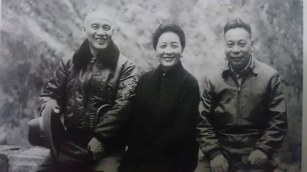 老蔣、小蔣都是軍用飛行外套的愛用者。 圖片來源/國民黨中央委員會蔣經國先生畫傳
