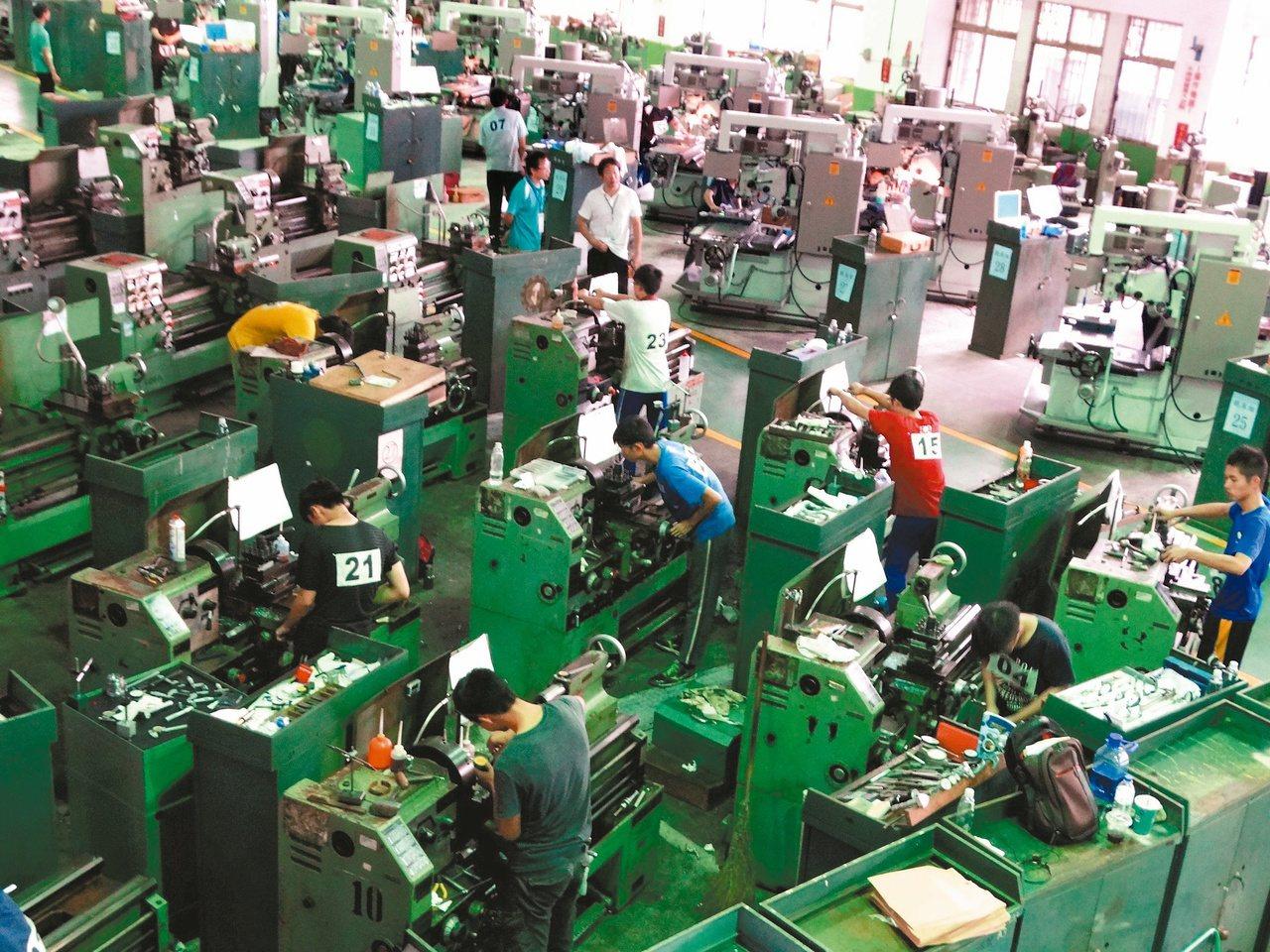 近年產業型態改變,工業從業人數成長趨緩。 報系資料照