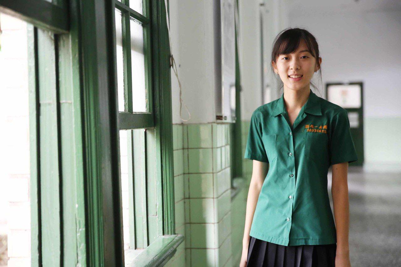 大學考試8日放榜,就讀北一女的張沛婕(圖)如願錄取台大法律系,她也因「恐龍法官」...