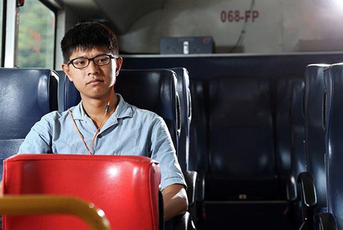 許純鎰以往就曾深入泰國北邊茶鄉進行田野調查,長年在異鄉遊走。他說,這張與公車合影...